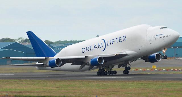 Boeing Dreamlifter kalkış yapıyor.