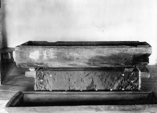 Το ξύλινο φέρετρο στο οποίο εναποτέθηκε ο Όσιος Σεραφείμ.  Το φέρετρο λαξεύτηκε από τον ίδιο τον Όσιο.