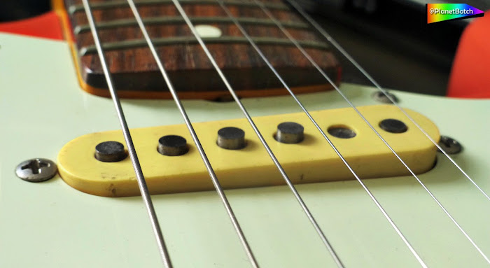 Electric guitar Strat pickup staggered poles