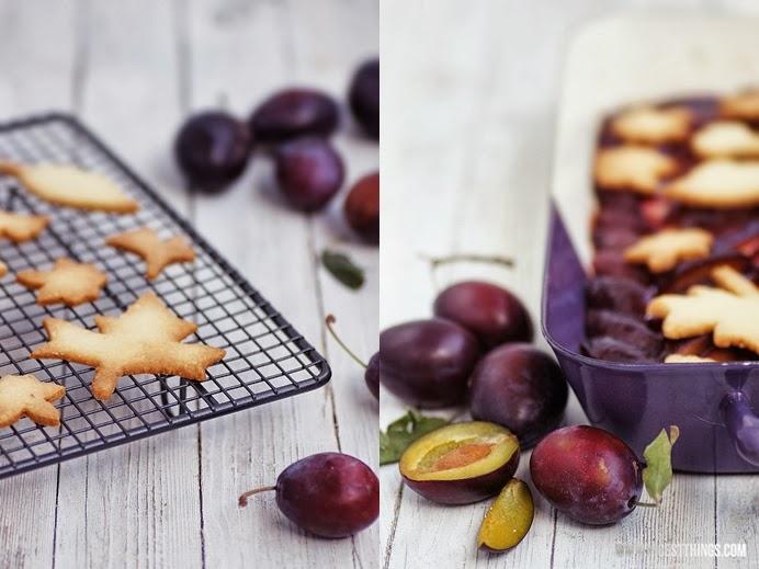 Zwetschgen Cheesecake mit Streuseln aus Herbstblätter Cookies