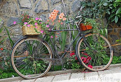 Bicicletas viejas para decorar jardines terrazas y parques curiosas ideas - Bicicleta macetero ...