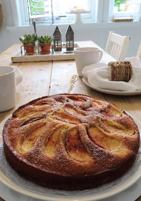 Å ha hage som terrasse - premien min for et slikt besøk er gjerne en kaffe og ei kake IMG_3466 (2)