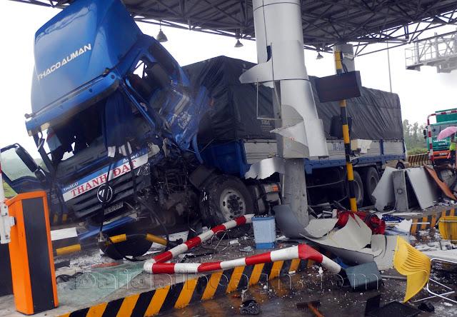 Ninh Hòa: Trạm thu phí Ninh An bị tông trực diện