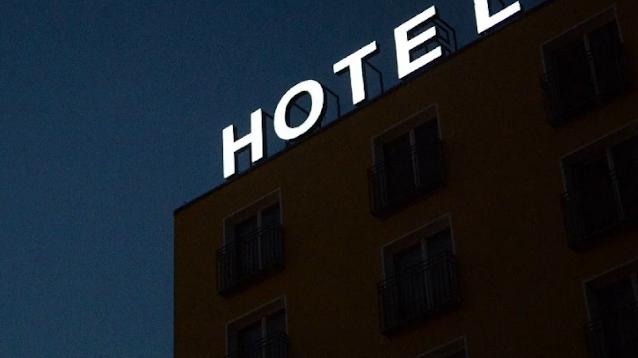 Hombre entra al hotel con 2 mujeres de 16 y 20 y lo dejan bien tiezo atado de pies y manos en una bolsa