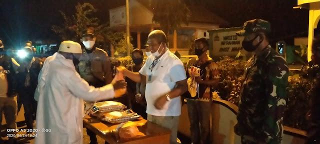 Bupati Maluku Tenggara saat Menyerahkan paket sembako kepada warga