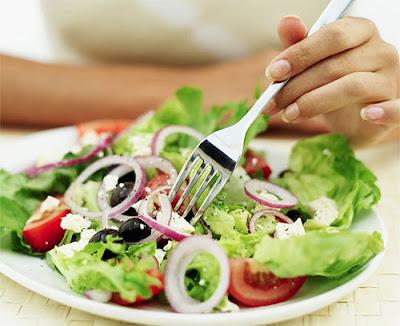 en la imagen podemos ver una ensalada de diversos vegetales