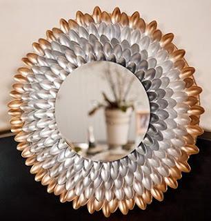 moldura de espelho feito com colheres de pl stico reciclar. Black Bedroom Furniture Sets. Home Design Ideas