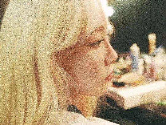 Taeyeon yeni fotoğraflarında sarı saçlarıyla hoş görünüyor