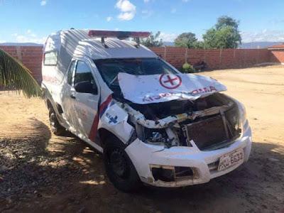 Ambulância se envolve em acidenta