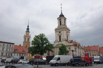 Ratusz (z prawej) i kościół św. Piotra i Pawła (z lewej)
