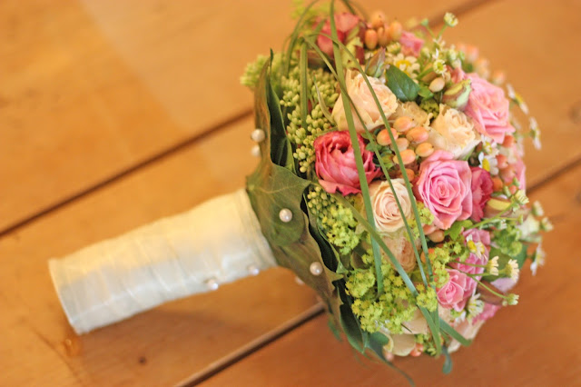Brautstrauß - Rosamunde Pilcher inspirierte Sommerhochzeit in Pfirsich, Apricot, Pastelltöne - Heiraten in Garmisch-Partenkirchen, Bayern, Riessersee Hotel, Seehaus am Riessersee - Hochzeit am See in den Bergen - Peach and Pastell wedding