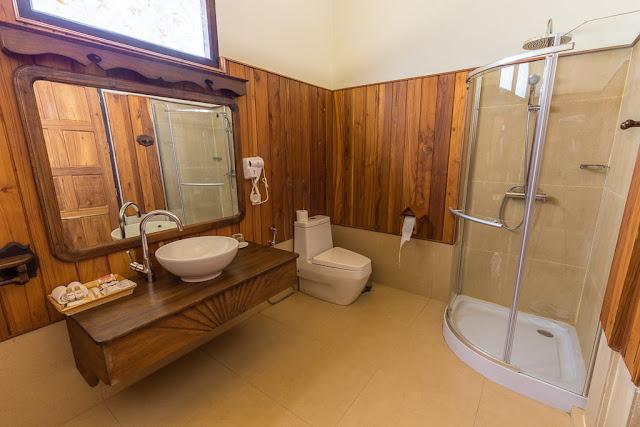 Baño de habitación doble del hotel Spring Lodge Inle