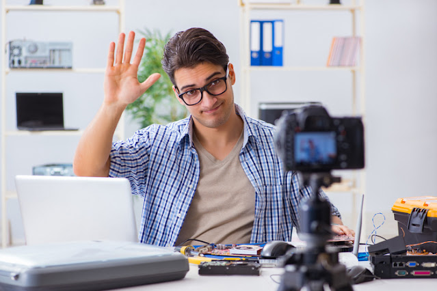 صانع محتوى يصور نفسه بالكاميرا ويقول أهلاً للمتابعين
