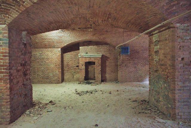 Kominek w pomieszczeniu żołnierskim - Fort XV Toruń