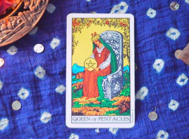 Saiba o significado da Carta da Rainha de Ouros no Tarot do amor, dinheiro e trabalho, na saúde, como obstáculo ou invertida e como conselho.