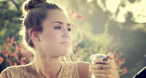 """Backyard Sessions"" por Miley Cyrus | Momento Sonoro"