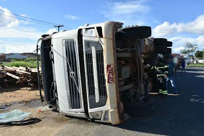 O motorista de um táxi ficou ferido em um acidente envolvendo o veículo e um caminhão, que estava carreado de eucalipto, no bairro Urbis VI, em Vitória da Conquista, no sudoeste da Bahia, no final da tarde desta terça-feira (10).  De acordo com a polícia da cidade, o caminhão tombou na saída para a cidade de Itambé. O táxi estava com cinco ocupantes. Uma barraca de morango que estava no local também foi atingida pela carga.   O motorista do táxi foi levado para um hospital da região. O estado de saúde dele não foi revelado. O Corpo de Bombeiros da cidade informou que o caminhão perder o controle na curva. Os bombeiros isolaram a área por causa do vazamento de combustível. G1 BA