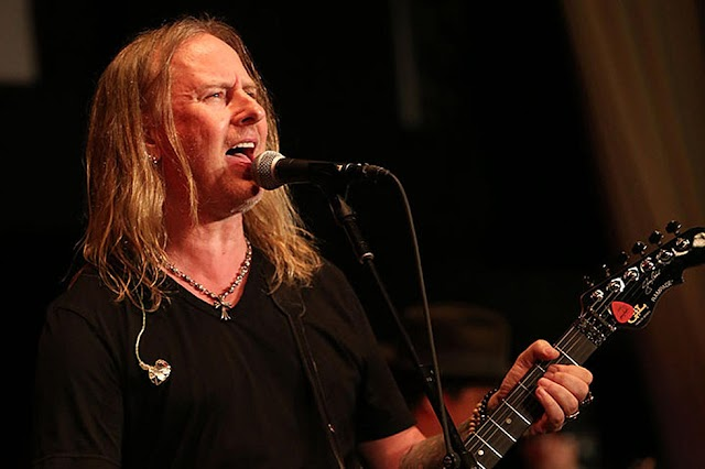 Jerry Cantrell (Alice In Chains) encontra-se a trabalhar num álbum a solo
