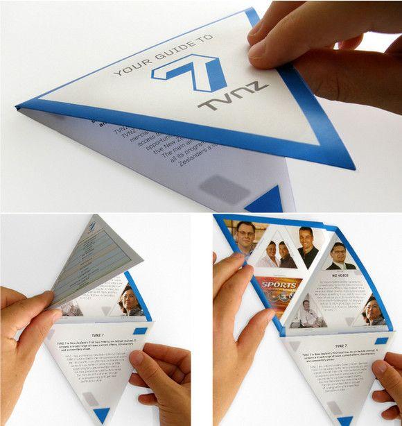 Desain brosur segitiga dengan beberapa lipatan