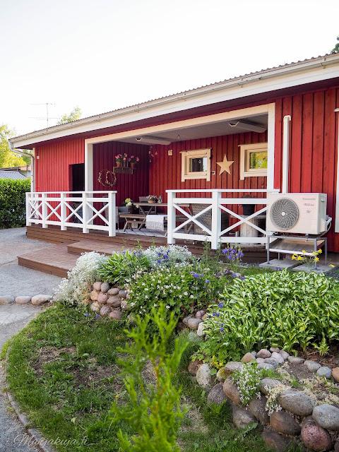 katettu terassi sisustus pihasisustus terassilla kesä kesäloma terassikalusteet kalusteet polyrottinki huoltovapaa punainen talo