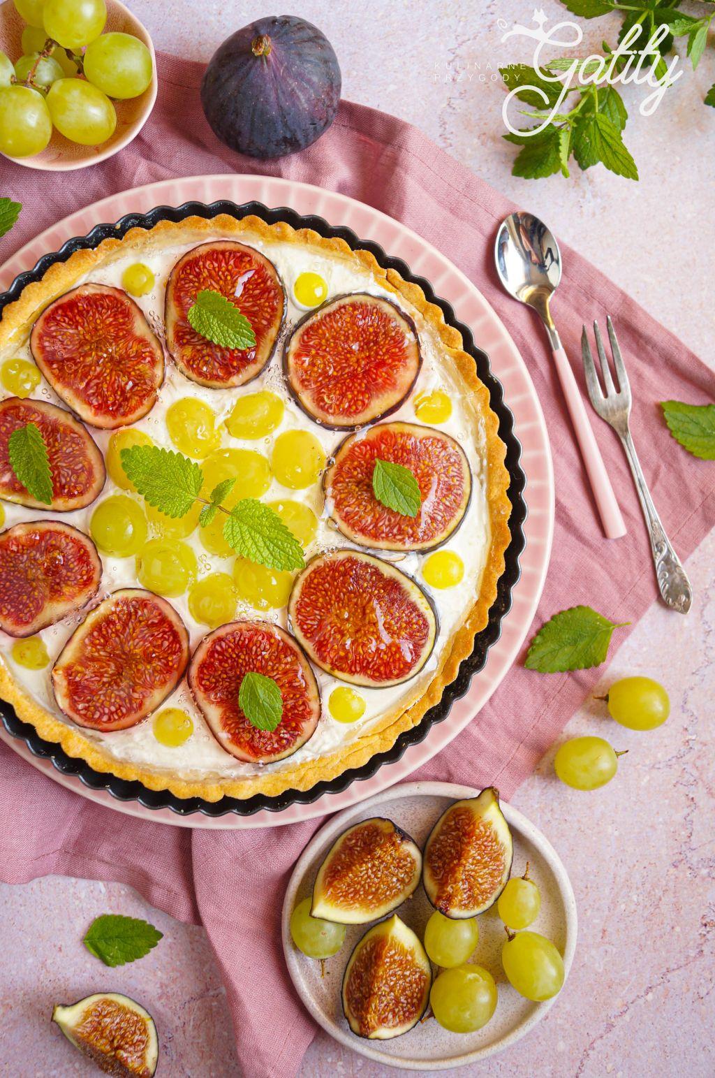 ciasto-z-bialym-kremem-i-owocami