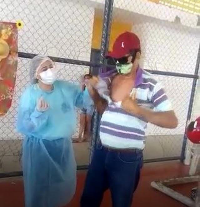 Com pressa em ser imunizado, agricultor rasga a camisa para receber vacina contra Covid no interior do Ceará; vídeo