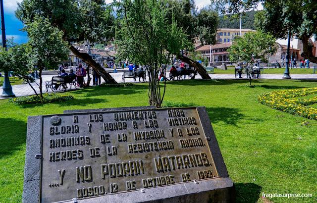 Placa na Praça de Armas de Cusco relembra a invasão espanhola