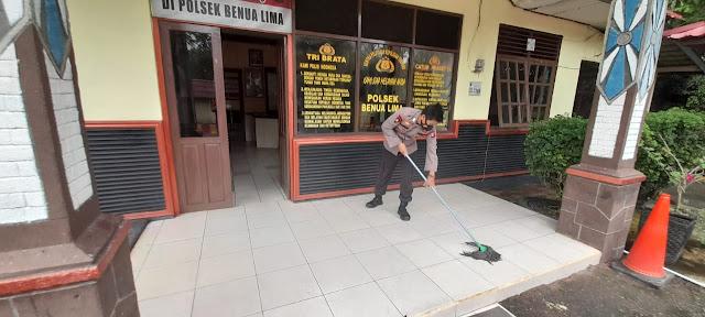 Piket Polsek Benua Lima Selalu Menjaga Kebersihan Tempat Kerja