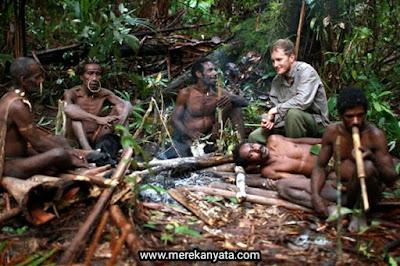 Paul Raffaele sedang bersama orang-orang Suku Korowai.jpg