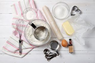 мука пшеничная - 7 столовая ложка; дрожжи сухие - 1 чайная ложка; соль - 0,5 чайной ложки; масло растительное - 1 столовая ложка; вода горячая - 0,5 стакана;