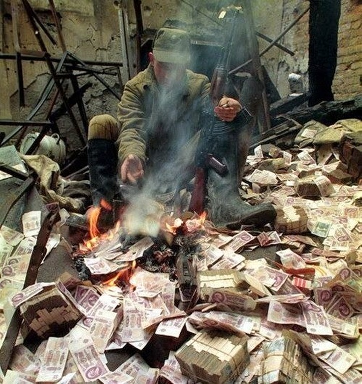 36 Amazing Historical Pictures. #9 Is Unbelievable - 1995, Chechnya, a soldier tries to warm himself.