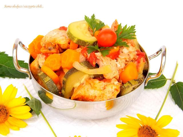 Piersi z kurczaka z warzywami, pieczone w piekarniku.