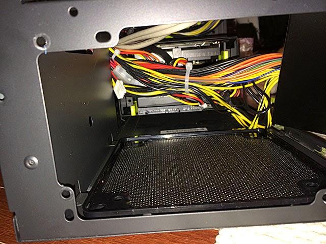 背面の電源が抜けた穴からHDDを突っ込み