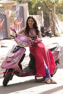 Santhanam Amyra Dastur Starring Odi Odi Uzhaikkanum Tamil Movie Stills  0002.jpg