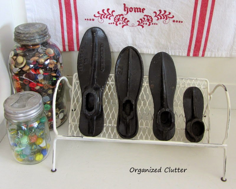 Upcycled Mesh Book Rack for Shoe Last Display www.organizedclutterqueen.blogspot.com