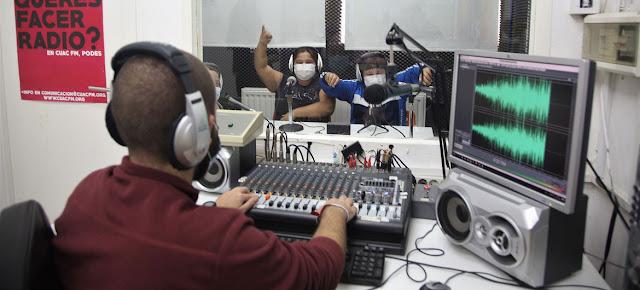 Alumnos del Colegio Andalucía durante un programa en Radio Abierta, una radio comunitaria que atiende a un barrio pobre de Sevilla, en el sur de España.Kim Manresa/Educo