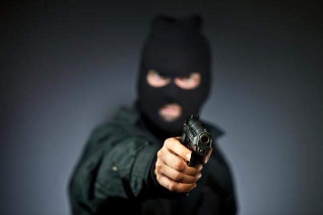 Con armi in pugno e volto travisato rapinano villa a Foggia