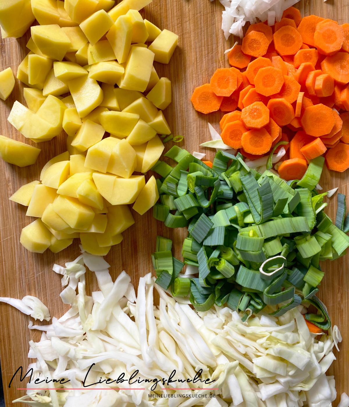 Zutaten für einfache vegane Weißkohlsuppe mit jungen Brechbohnen und Kartoffeln