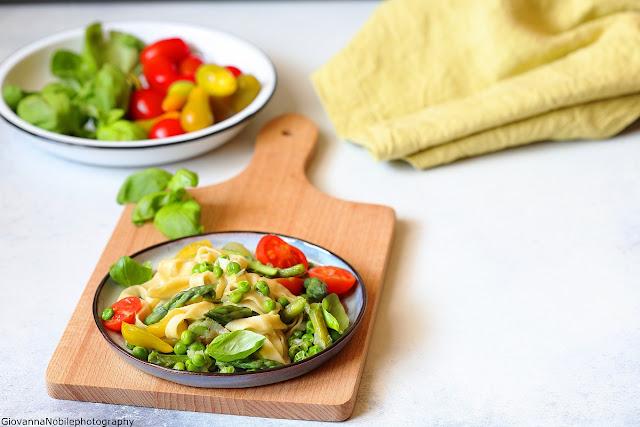 Tagliatelle con ragù di asparagi e piselli