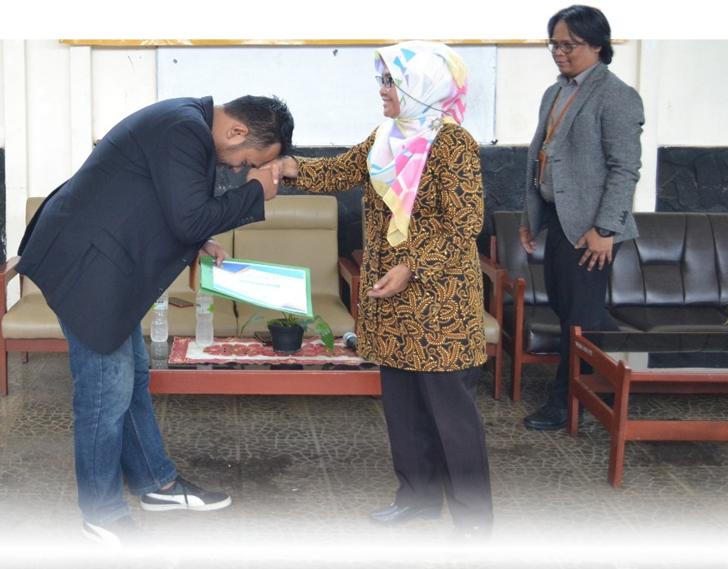 Nampak Hadiyan - Founder & CEO Kiosagro memberikan hormat kepada Dr. Dra. R. Budiasih, MP selaku Dekan Faperta Unwim. Adetruna (kanan, co-founder & CMO Kiosagro)