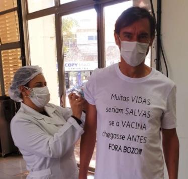 """Campo Mourão: """"Muitas vidas seriam salvas se a vacina chegasse antes. Fora Bozo!!""""."""