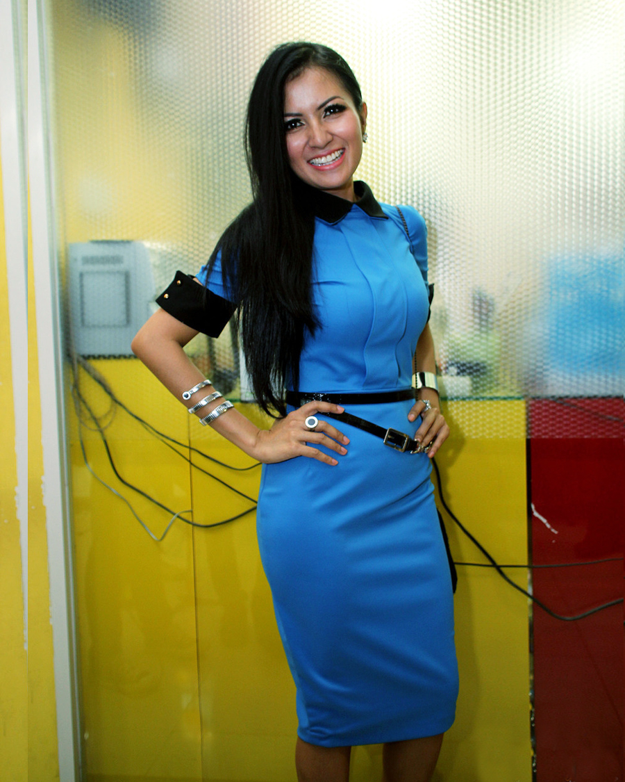 Five Vi manis gaun biru rok ketat