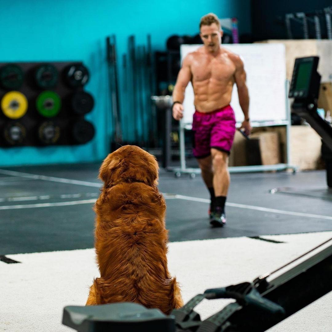 huge-muscular-man-noah-ohlsen-shirtless-body-gym-hunk-dog