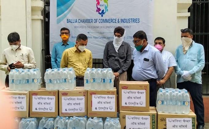 बलिया : चेंबर ऑफ कॉमर्स ने दिए दो हजार पानी बोतल व बिस्किट पैकेट