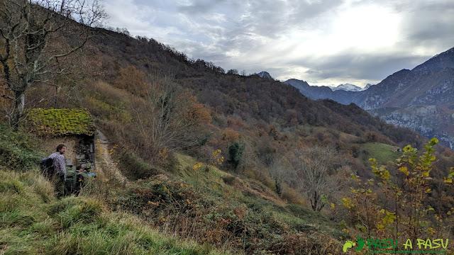 Saliendo a la pista de Vis al Collado Viga el Carru tras subir al Picoretu