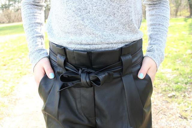 Le short en simili cuir noir femme