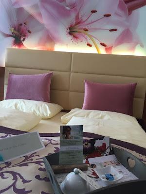 In Zimmern, wie dem Lilienzimmer gut aufgehoben sind Jeanette, Monika, Petr und Elena, die im 4-JAhreszeiten Hotel residieren © diekremserin on the go