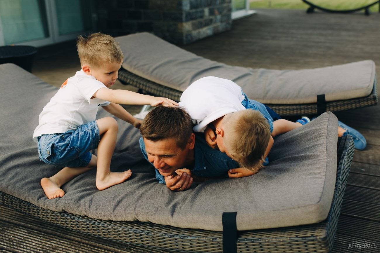 dabīga ģimenes fotosesija emocijas