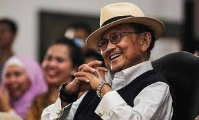 Biografi Singkat Bapak Teknologi Indonesia, B. J. Habibie The Zhemwel