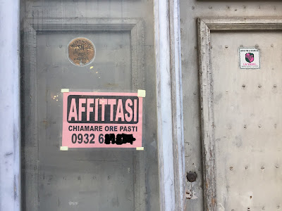 Affittasi sign - but only call during mealtimes.